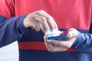 pulizia del display del telefono cellulare foto