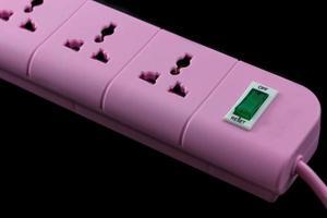 immagine da vicino di una presa rosa isolata su fondo nero