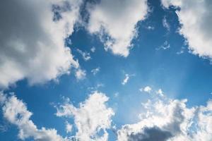 nubi cumuliformi in un cielo blu foto