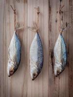 pesce appeso ad asciugare foto