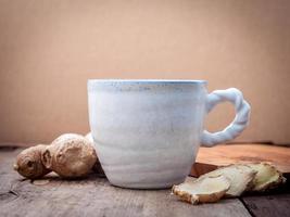 tè allo zenzero su uno sfondo di legno foto