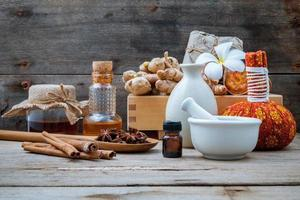 ingredienti naturali spa su uno sfondo di legno rustico foto