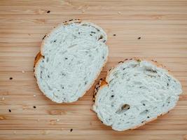 pane a fette su un tavolo foto
