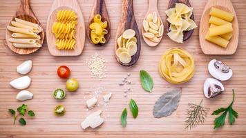 pasta con ingredienti italiani foto