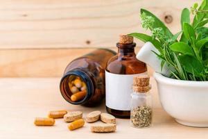 assistenza sanitaria a base di erbe su un tavolo foto