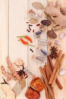 assortimento di spezie ed erbe aromatiche foto