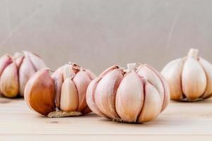 spicchi d'aglio su un tavolo foto