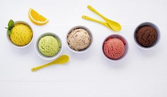 gelato in ciotole su bianco foto