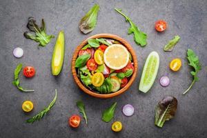 vista dall'alto di insalata fresca su uno sfondo grigio