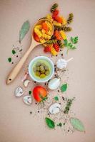 concetto di cibo italiano su uno sfondo marrone foto