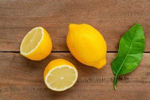 primo piano di limoni freschi foto