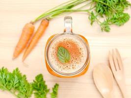 vista dall'alto di succo di carota fresca foto