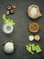 vista verticale di ingredienti freschi foto