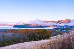 bellissimo paesaggio al lago yamanakako, giappone foto