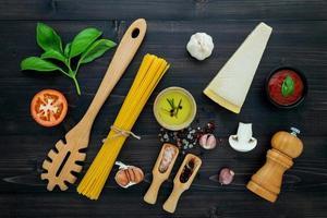 ingredienti spaghetti freschi su legno scuro foto
