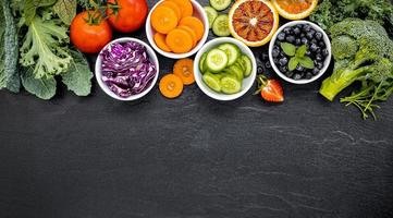 ciotole di frutta e verdura con copia spazio foto