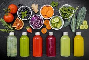 bottiglie di succo di frutta e verdura foto