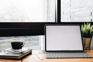 mock up dello schermo del tablet in un caffè foto