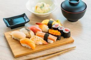 salmone, tonno, conchiglia, gamberetti e altri sushi maki di carne