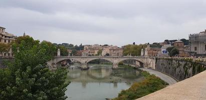 vista del fiume tevere a roma, italia foto