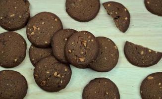 biscotti al cioccolato fondente al forno su una tavola di legno foto