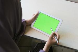 vista posteriore della donna utilizzando la tavoletta digitale foto