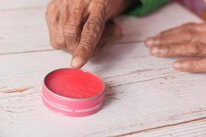 gelatina di petrolio rosa sul tavolo foto