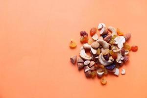 Close up di molte noci miste su sfondo arancione foto
