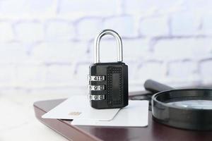 lucchetto nero su una carta di credito, concetto di sicurezza di internet foto