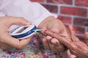 analisi del sangue di una donna diabetica foto