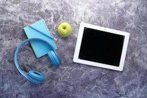 cuffie e tavoletta digitale sul tavolo foto