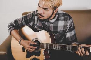 giovane chitarrista hipster foto