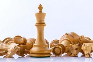 concetto di scacchi su bianco foto