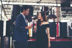 giovane coppia di affari con bicchieri di champagne foto