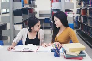 due studenti che fanno i compiti insieme foto
