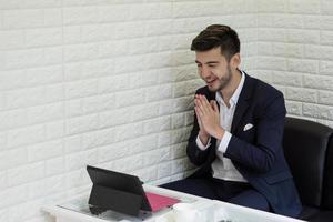 giovane imprenditore di successo che lavora al computer portatile in ufficio foto