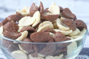 Close up di fiocchi di mais al cioccolato in una ciotola foto