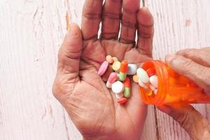 bottiglia di pillola nelle mani di una donna foto