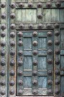 vecchia porta di legno dell'annata foto