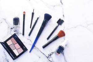 vista dall'alto di pennelli cosmetici e prodotti foto
