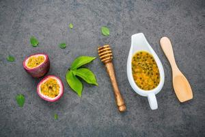 succo di frutto della passione fresco in un piatto foto