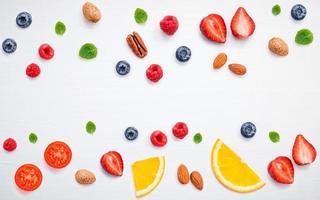 bordo di frutta e noci foto