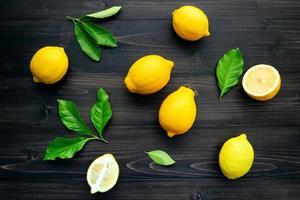 vista dall'alto di limoni su uno sfondo di legno scuro foto