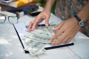 dollari nelle mani delle donne foto