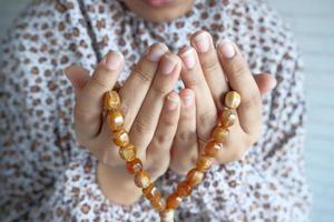 Close up di donne musulmane mani che pregano foto