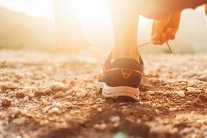 donna che indossa scarpe da corsa per correre foto