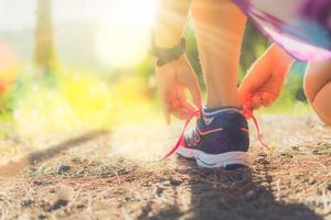 donna che indossa scarpe da corsa per correre
