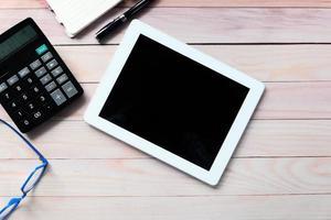 composizione piatta della tavoletta digitale su una scrivania foto