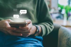 donna che utilizza uno smartphone con le icone della tecnologia in background