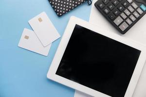 tavoletta digitale con calcolatrice e carte di credito foto
